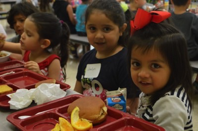 elementary students eating lunch